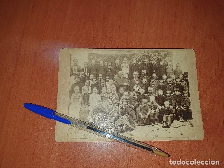 GRUPO ESCOLAR CON SACERDOTE, ALBUMINA SOBRE CARTON, 16,5 X 11 CM (Fotografía Antigua - Albúmina)