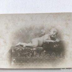 Fotografía antigua: RETRATO DE BEBÉ DESNUDO. PRINCIPIO DEL SIGLO XX. FOTÓGRAFO J. MANETES. TARJETA POSTAL.. Lote 236034460