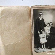 Fotografía antigua: RETRATO DE FAMILIA EN CARPETA. PRINCIPIO DEL SIGLO XX. FOTÓGRAFO BARIEGO, VALLADOLID. Lote 236036710