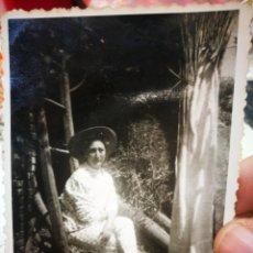 Fotografía antigua: FOTOGRAFÍA MUJER SENTADA EN EL PAJAR AÑOS CUARENTA ORIGINAL. Lote 236763650