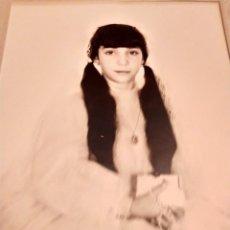 Fotografía antigua: DOS GRAN FOTOGRAFÍAS NIÑAS COMUNION GUAPAS E GONZÁLEZ VALENCIA DATOS ILEGIBLES TRASERA. Lote 237022980