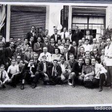 Fotografía antigua: FG-556. FOTOGRAFIA DE EMPLEADOS DE EMPRESA BARCELONESA EN SU SEDE SOCIAL. AÑOS 40.. Lote 237802515