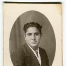 Fotografía antigua: TORTOSA GARCIA (CAMPOMANES 15 FRENTE TEATRO) FOTOGRAFIA DE JOVEN CABALLERO VER REVERSO. Lote 238174540