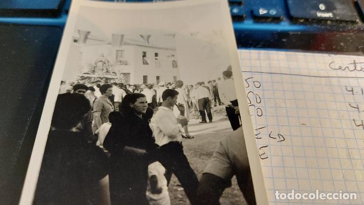 Fotografía antigua: CURIOSAS TRES FOTOGRAFIAS ANTIGUAS DE PROCESION DE VIRGEN CON EL ESCUDO DE LA FALANGE - Foto 3 - 238303800