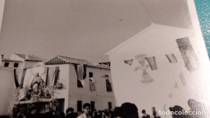 Fotografía antigua: CURIOSAS TRES FOTOGRAFIAS ANTIGUAS DE PROCESION DE VIRGEN CON EL ESCUDO DE LA FALANGE - Foto 7 - 238303800