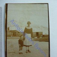 Fotografía antigua: NIÑO, CRIADA Y VAGÓN DE FERROCARRIL. (11 X 7 CM). Lote 243891030