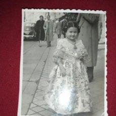 Fotografía antigua: PEQUEÑA PRECIOSA FOTOGRAFÍA NIÑA FALLERA VALENCIA FIESTA FOTOS ÁNGEL C/SOMBRERERIA 16 MADRID. Lote 244936255