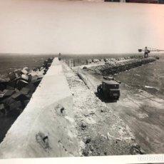 Fotografia antica: ANTIGUA FOTO CADIZ - REPORTAJE CONSTRUCCION PUERTO Y PUNTA SAN FELIPE - MEDIDA 23X17,5 CM - REYMUNDO. Lote 248300435