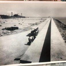 Fotografia antica: ANTIGUA FOTO CADIZ - REPORTAJE CONSTRUCCION PUERTO Y PUNTA SAN FELIPE - MEDIDA 23X17,5 CM - REYMUNDO. Lote 248301370