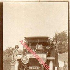 Fotografía antigua: ALBUMINA, FAMILIA JUNTO A COCHE ANTIGUO, 70X108MM. Lote 254508060