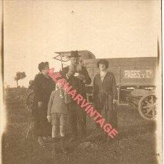 Fotografía antigua: ALBUMINA, FOTOGRAFIA FAMILIA ANTE CAMION PAGES Y CIA. RARA, 86X110MM. Lote 254513470