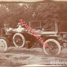 Fotografía antigua: ALBUMINA, SEÑORITA EN COCHE ANTIGUO, 115X70MM. Lote 254513700