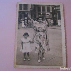 Fotografia antiga: FOTO DE MADRE CON SU HIJA. ¿MALAGA? 11,5X8,5 CM.. Lote 257814895