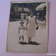 Fotografia antiga: FOTO DE MUJER CON NIÑA. ¿MALAGA? 7,5X5,5 CM. 1955.. Lote 257815680