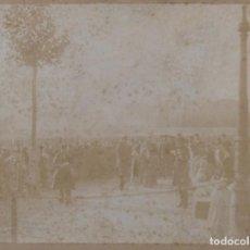 Fotografía antigua: FOTOGRAFÍA ORIGINAL JUNTA DE EXILIO DEL BARRIO DEL CLOT EN EL COLERA AÑO 1885 PLAZA DE LA IGLESIA. Lote 261269290