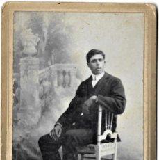 Fotografía antigua: FOTOGRAFÍA HOMBRE SENTADO AÑO 1912 - FOTÓGRAFO SAÚL PASCUAL DE ALCIRA (VALENCIA) - 11 X 16,5 CM. Lote 262835650
