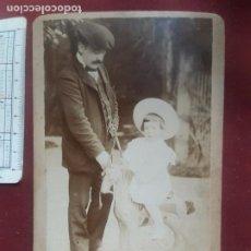 Fotografía antigua: GUEREQUIZ FOTÓGRAFO. BILBAO. NIÑA CON CABALLITO DE JUGUETE. Lote 263089240