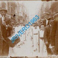 Fotografia antiga: PAIS VASCO, AÑOS 20, ALBUMINA DESFILE, ALARDE, 60X45MM. Lote 270629093