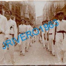 Fotografia antiga: PAIS VASCO, AÑOS 20, ALBUMINA DESFILE, ALARDE, 60X45MM. Lote 270629153