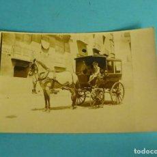 Fotografia antiga: ALBÚMINA ELEGANTE CARRUAJE TIRADO POR CABALLO PASANDO POR FÁBRICA DE PIANOS. CARTA POSTAL. Lote 273129588