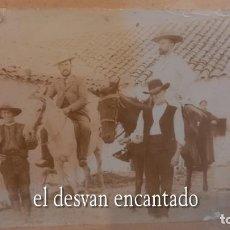 Fotografía antigua: ALBÚMINA SOBRE CARTÓN. CORTIJO. EMPLEADOS Y SEÑORITOS A CABALLO. 17 X 12 CTMS. FOT. NACIONAL. MADRID. Lote 273950258