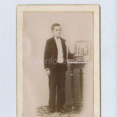 Fotografia antica: RETRATO DE NIÑO DE PRIMERA COMUNIÓN, FOTO: FEDERICO SÁNCHEZ PONS, CUENCA. CABINET CARD. 10,6X16,5 CM. Lote 275165018