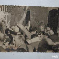 Fotografía antigua: DE FIESTA EN UNA SALINA EN CADIZ . 1944.. Lote 275764858