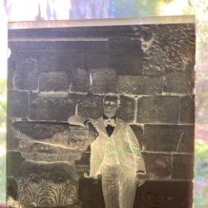 Fotografía antigua: PLACA CRISTAL NEGATIVO SEÑOR ELEGANTE Y CAMPANA. Lote 276920293