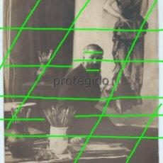 Fotografía antigua: EL PINTOR KEES VAN DONGEN, FOTOGRAFIADO EN SU ESTUDIO DE PARIS. FOTÓGRAFO HENRY MANUEL. PARIS.. Lote 277303538