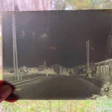 Fotografía antigua: PLACA CRISTAL NEGATIVO PAISAJE PUEBLO. Lote 277442528