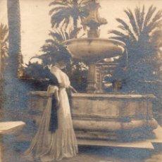 Fotografía antigua: SEVILLA, ESPECTACULAR ALBUMINA DE UNA DAMA JUNTO A UNA FUENTE, 17X22 CMS. Lote 277744158