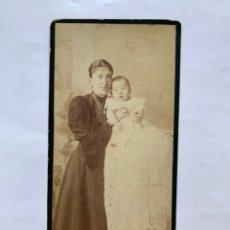 Fotografía antigua: FOTO ALBUMINA. MATERNIDAD. JOVEN MADRE CON SU BEBÉ. AL CIELO ABIERTO. FERNANDO FORT Y CÍA, FOTÓGRAFO. Lote 279777238