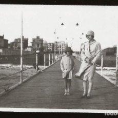 Fotografía antigua: 1526 ITALIA / ELEGANTE SEÑORITA Y NIÑA EN EL MUELLE DE OSTIA Y VISTA DE LA CIUDAD FOTO ALBUMINA 1929. Lote 280116048