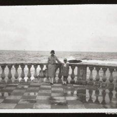 Fotografía antigua: 1527 - ITALIA / ELEGANTE SEÑORITA Y NIÑA FRENTE AL MAR EN LIVORNO - FOTO ALBUMINA 14X8CM 1929. Lote 280116193