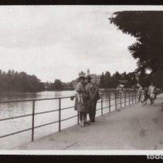 Fotografía antigua: 1529 - SWISS SUIZA / SEÑORITA NIÑA Y HOMBRE EN EL LAGO THUN - FOTO ALBUMINA 14X8CM 1929. Lote 280116503