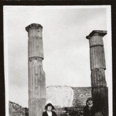 Fotografía antigua: 1531 - ITALIA RUINAS DE POMPEYA / ELEGANTES SEÑORAS Y SEÑORITA - FOTO ALBUMINA 14X8CM 1922. Lote 280116678