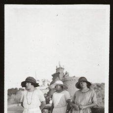Fotografía antigua: 1533 - FRANCIA COMUNA VASCA / PASEO DE LA VIRGEN DE BIARRITZ / SEÑORAS - FOTO ALBUMINA 14X8CM 1922. Lote 280116883