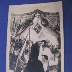 Fotografía antigua: FOTO SIN LOCALIZAR EL LUGAR. ALTAR DE CORPUS. GUARDIA CIVIL, MUJER, MANTILLA, NACIONALCATOLICISMO.. Lote 283909918