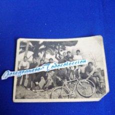 Fotografía antigua: BICICLETA CON NIÑOS AÑO 1948 FOTOGRAFIA LUGAR FUENTE PODRIDA. Lote 287906158