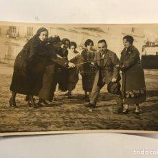 Fotografía antigua: ALBUMINA FOTOGRAFIA ANTIGUA.. EN MADRID .. GRUPO DE PERSONAS JUGANDO CON EL DIAVOLO.. (H.1910?). Lote 288403403