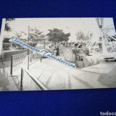 Fotografía antigua: UN DÍA EN LA FERIA VALENCIA PARQUE DE ATRACCIONES. Lote 288510118