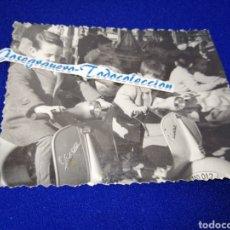Fotografía antigua: MOTO VESPA NIÑOS PARQUE ATRACCIONES FOTO ANTIGUA. Lote 288510998