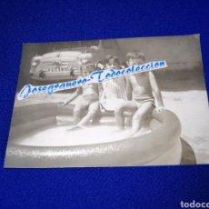 Fotografía antigua: SEAT 600 CON NIÑOS CON SELLO FOTÓGRAFO JAVIER. Lote 288516483