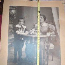 Fotografía antigua: ANTIGUA GRAN FOTOGRAFÍA MADRE CON HIJO MUJER NIÑO ESTUDIO FOTOGRÁFICO FRANCISCO DE LAS HERAS JACA. Lote 295370078