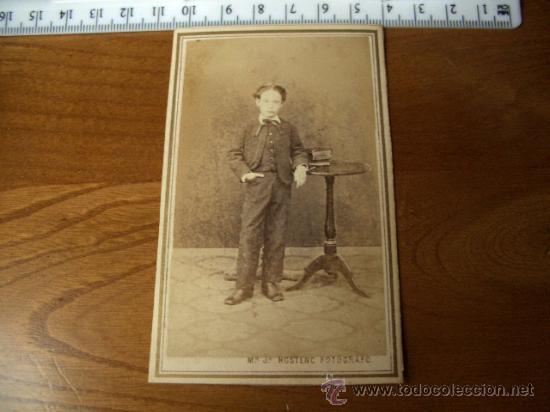MUY RARA FOTOGRAFÍA DE MR HOSTENC, BARCELONA. NIÑO CON LIBROS (Fotografía Antigua - Cartes de Visite)