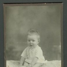 Fotografía antigua: FOTOGRAFIA ANTIGUA RETRATO DE UN BEBE FORMATO CDV. ENTRE 1900-1920 TAMAÑO 11 X 17 CENTIMETROS. Lote 27574546