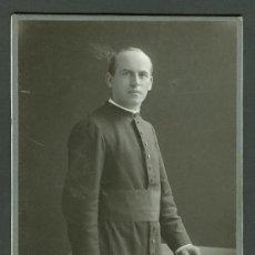 Fotografía antigua: FOTOGRAFIA ANTIGUA RETRATO DE UN CURA FORMATO CDV. DESDE 1900- 1920/30. Lote 27575550