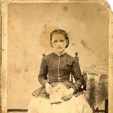 Fotografía antigua: CARTE DE VISITE. CDV. ALBUMINA. NIÑA CON LIBRO. Lote 30115404