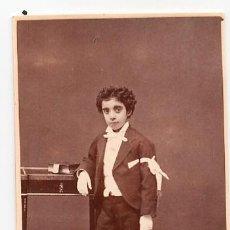 Fotografía antigua: RETRATO NIÑO PRIMERA COMUNIÓN CON ALBUM. FOTO DEBAS MADRID. Lote 34563802