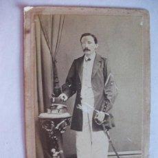Fotografía antigua: CDV COMANDANTE CON LEOPOLDINA Y SABLE ,SIGLO XIX. FOTOGRAFO:. FERNANDEZ , LA HABANA, CUBA.. Lote 36458240